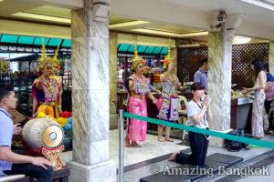 バンコクの中心でパワースポット巡り エラワン・プーム(エラワンの祠)