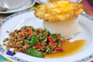 便利で美味しい「タイの食堂」 パット・ガパオ・ムー